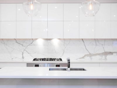 Marbled splashback and pendent lights
